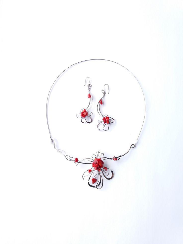 """Souprava+""""S+vášní+pro+rudý+korál""""+Autorské+šperky.+Originály,+které+existují+pouze+vjednom+jediném+exempláři+z+romantické+edice+variací+na+květy.+Vyniká+svou+lehkostí,+kouzelným+prostorovým+tvarem,+romantikou+duší+a+nádhernou+podmanivou+barevností+korálových+zlomků.+Působí+velmi+vzdušně,+elegantně.Různorodé+prostorové+tvary+snesou+libovolné+pootočení+na..."""