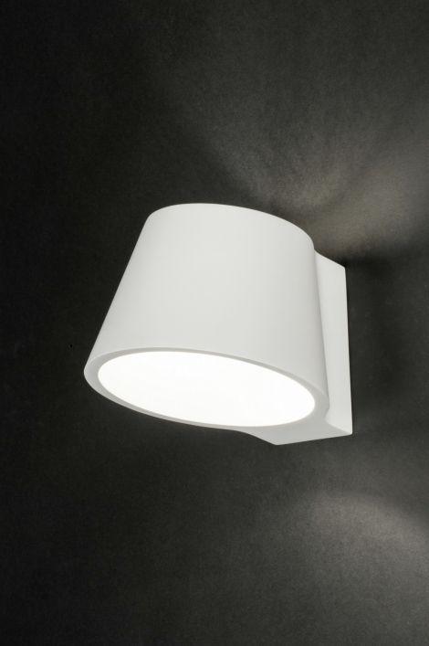 artikel 72433 Strakke wandlamp uitgevoerd in een prachtig design, gemaakt van keramiek. Deze witte wandlamp heeft een strakke, wijd uitlopende vorm en wordt strak op de wand gemonteerd. Zowel aan de boven- als onderzijde zit een opening. http://www.rietveldlicht.nl/artikel/wandlamp-72433-modern-landelijk-rustiek-industrie-look-betongrijs-beton-rond