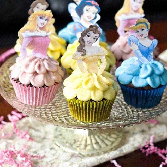 Cupcakes met verschillende kleuren topping en steek er een foto van de bijbehorde kleur prinses in
