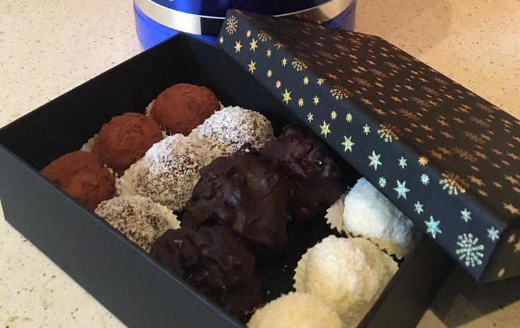 Raffaello, Proteines kókusz, Zserbó, Kávé golyók Rafaello: 1 adag fehérje, 1 ek kókusztej, Mandula a közepébe,1 ek kókuszzsír, 2 ek mandulatej Kókuszgolyó:1 szelet sült sütőtök,1 adag fehérje, 1 ek kakaó, Rum aroma, kókuszreszelék, 2 ek mandulatej Csokis-kávés: 1 érett avokádó, 1 ek kakaópor, 1 adag fehérje, pár csepp édesítő, 4 ek kókusztej, 2 kis kanál kávé, rum aroma Zserbós: tört dió (kb marék), 2 ek diétás baracklekvár, 1 adag fehérje, kakaópor, 1 ek kókuszzsír, 2 ek kókusztej, étcsoki