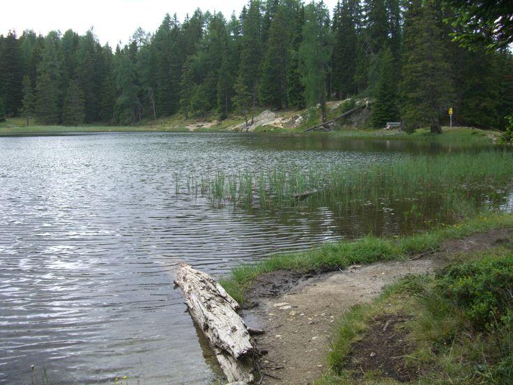 """Unterm Gipfel des Piz Lad: der Grünsee. Mehr Natur geht nicht mehr. Das Gebiet um die zwei Naturseen wird auch """"Klein Canada"""" genannt. Wer dort war, weiß auch warum."""
