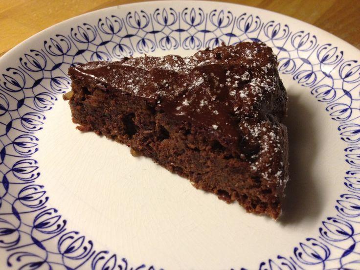 Hvad med en god tung chokoladekage med lidt bærcoulis og vaniljeis til lidt opmuntring efter en regnfuld efterårsdag. 400 g skrællede, kogte kartofler 200 g mørk chokolade med appelsin 4 æggeblomme…