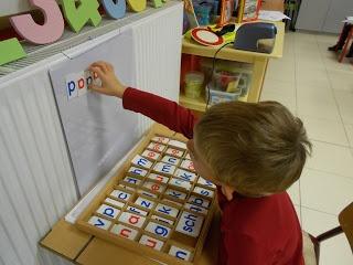 Magnetisch bordje. Dit is een leuk hoekenwerk-idee. De leerlingen krijgt een hoop magnetische letters tot zijn beschikking en probeert zoveel mogelijk (bestaande) woorden te maken. Dit stimuleert de taalvaardigheid enorm en laat de leerling nadenken over taal (letters, structuurwoorden, kopjes, staartjes, klank,...).