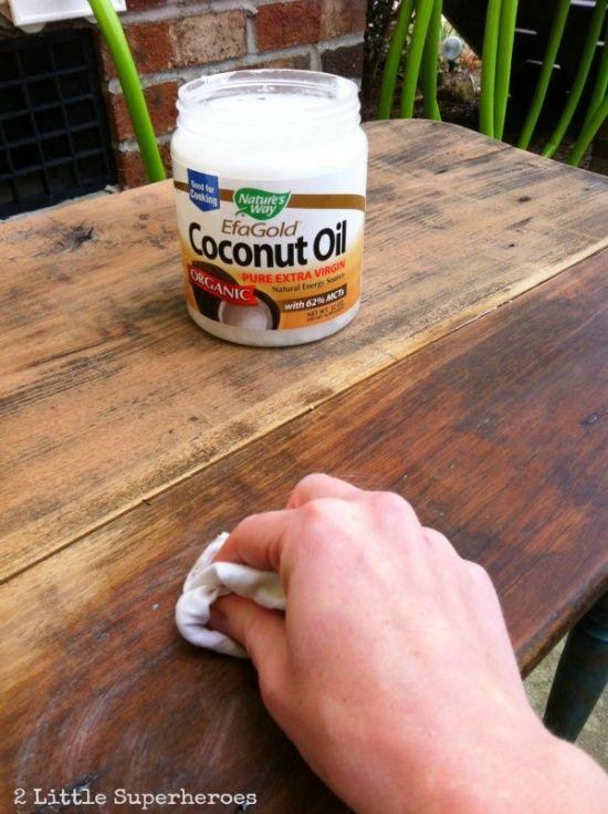 óleo de coco . Ele hidrata a madeira, traz a cor natural e tira aquele cheiro de mofo de idade.