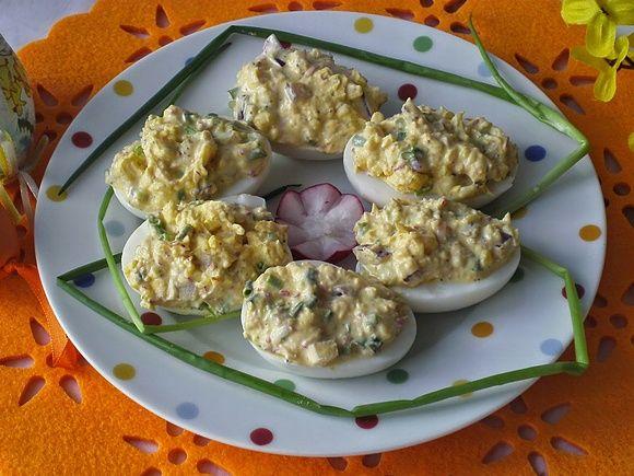 Jajka faszerowane na ostro, z rzodkiewką i szczypiorkiem