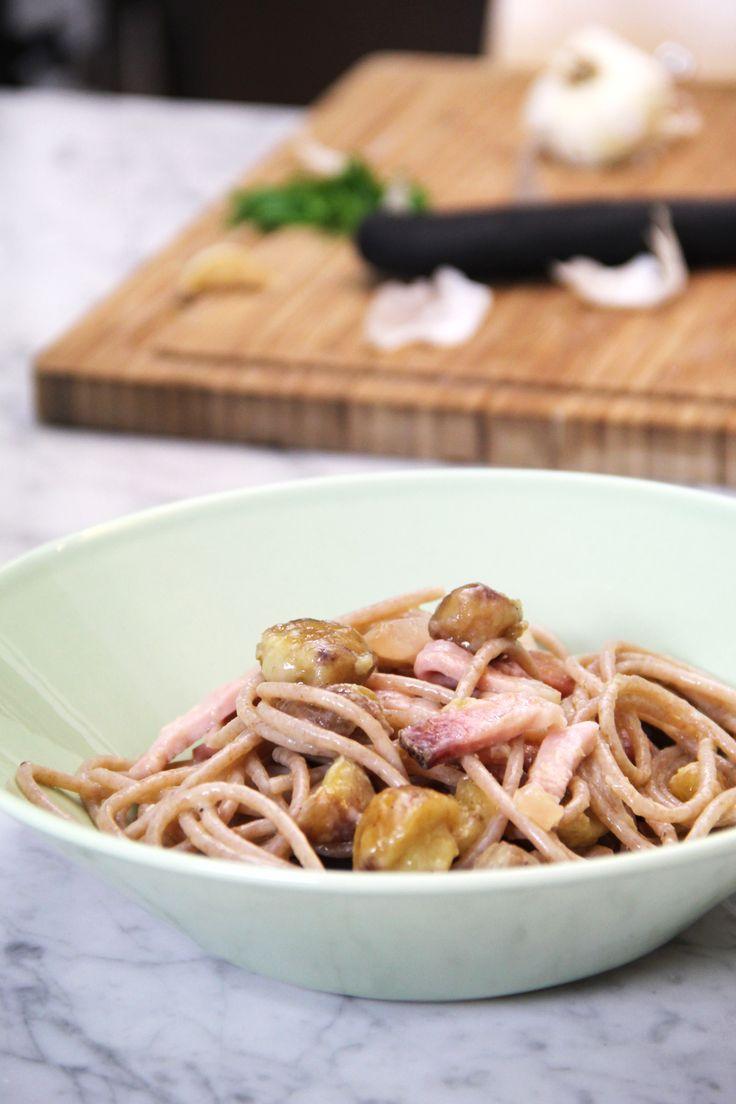 Una ricetta dai colori e dai profumi d'autunno. Gli spaghetti di farro con castagne e speck è una ricetta molto semplice da preparare.