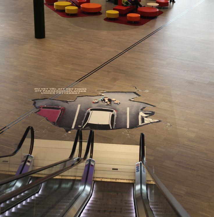 地下駐車場の存在をアピールするドッキリ・エスカレーター広告 | AdGang