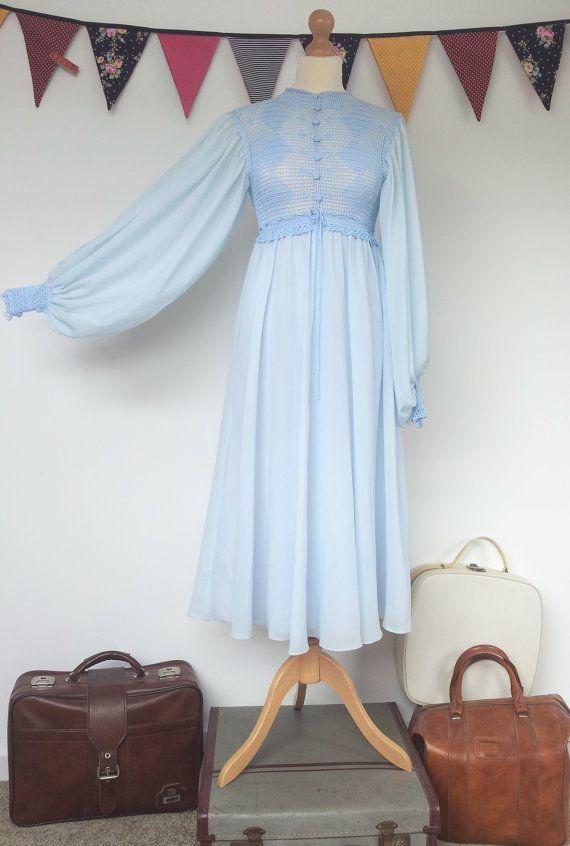 Superbe conte de fées flottant des années 1970 bleu poudre au crochet robe boho non traditionnel mariage