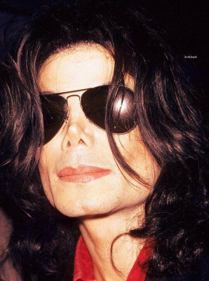 Michael Jackson hAd ExTrAoRdInaRY AmOUntS oF PLastIC