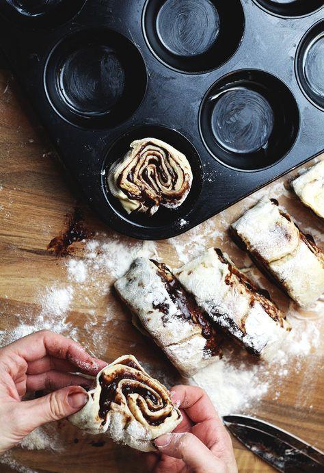Eine Muffinform einfetten und die Teigschnecken hineinlegen (Schnittseite nach oben). Noch einmal für rund 45 Minuten zugedeckt an einem warmen Ort gehen lassen.