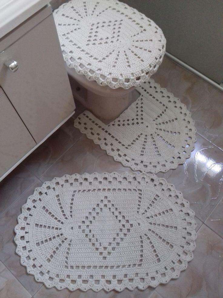 Jogo de croche para banheiro com 3 peças feito em barbante fio 8 muito durador:   Tapete para pia medindo aproximadamente 50 cm x 80 cm.  Tapete para o vaso medindo aproximadamente 57 cm x 50 cm.  Tampo do vaso sanitário medindo aproximadamente 57cm x 40 cm.