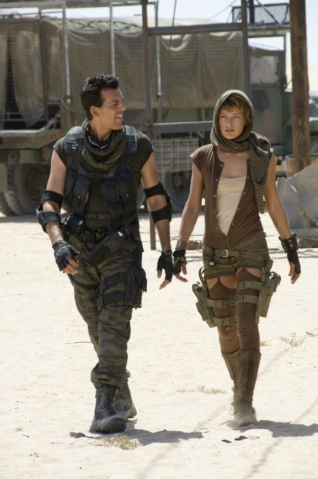 Milla Jovovich and Oded Fehr in Resident Evil: Extinction