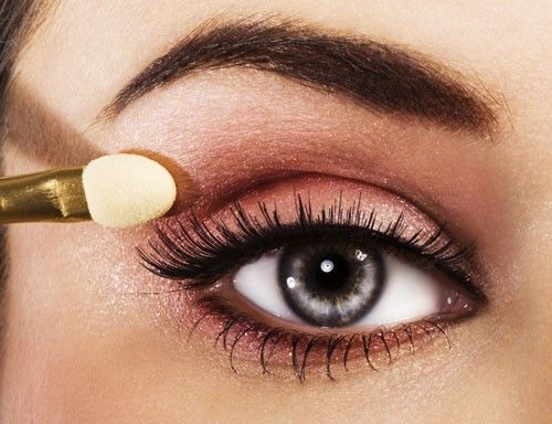 Le maquillage pour des yeux bleus gris : le taupe, le cuivré, le marron, le mordoré, le brun orangé. Le mauve ainsi que le gris.