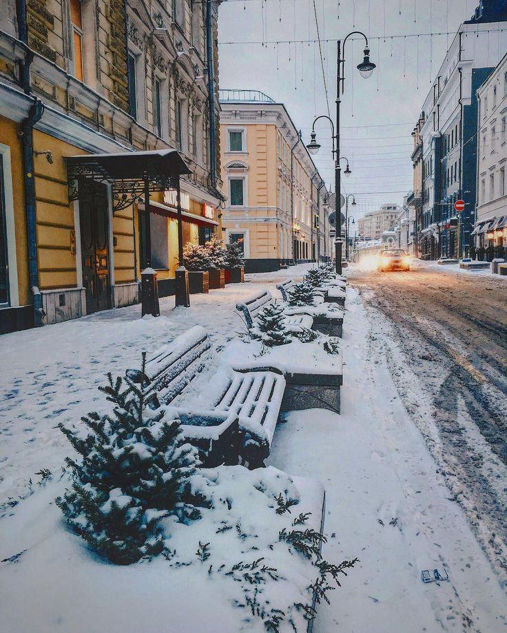 Солнце светит ярче, на календаре близкая весна и в прогнозе дожди и плюс) но март в Москве , не считая цветов на 8-е марта, скорее месяц межсезонья и серости; может будет в этом году по другому😉