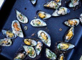 Prøv denne spennende oppskriften på parmesangratinerte blåskjell med spekeskinke fra Fru Timian #sjømat #middag