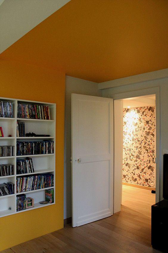 Salon télé, salon musique, salon bibliothèque, plafond jaune, mur jaune, papier peint osborne and little, Ronan Cooreman, Architecte d'intérieur Lille