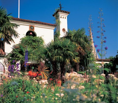 London roof gardens.Spanish Garden: Based on the Alhambra in Granada, Spain, this garden has a distinct Moorish flavour.The gardens at The Roof Gardens are spectacular and best of all, they're open to the public to visit free of charge.