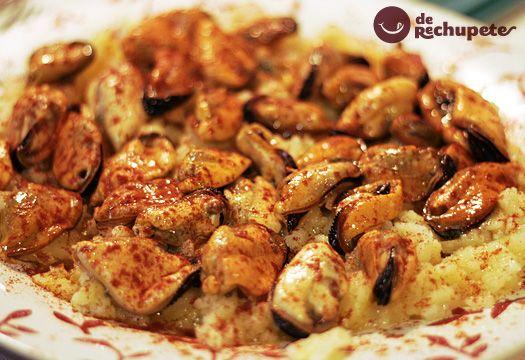 Cómo preparar Mejillones a la gallega o á feira. Receta paso a paso acompañada de patatas, pimentón, aove y un vino Ribeiro. Consejos para que salga perfecto.