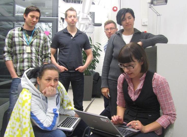 Päivittäinen ketterän kehityksen mallin mukainen Areena Daily Meeting käynnissä.  Kehittäjillä on lisäksi joka maanantai-iltapäivä Dev Noon, jolloin ideoidaan uutta. Sopii myös propellipäille! Hae: http://careers.fi/yle/careers.cgi?careers_language=fin