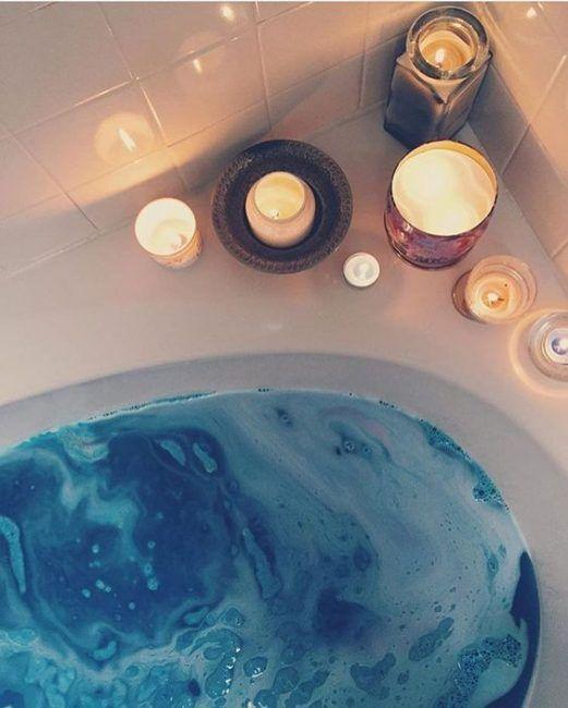 Ilumina el baño con unas cuantas velas en la bañera