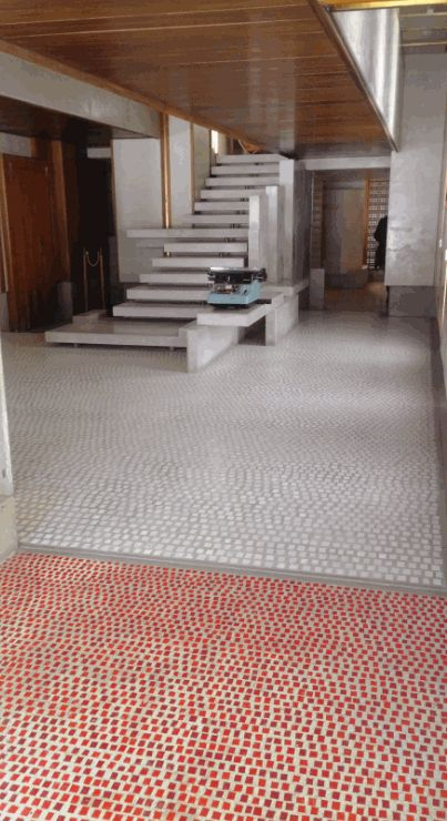 Le tessere di mosaico del pavimento e la scala in pietra d'Aurisina del negozio Olivetti disegnato da Carlo Scarpa ma non solo quello bit.ly/olivettivenezia