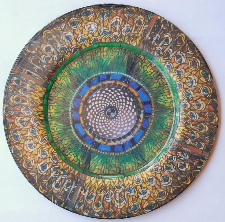"""""""I Pavoni"""" - 32cm di diametro piatto in vetro inciso con un disegno ispirato alle penne di pavone delle lampade in vetro piombato di Louis Comfort Tiffany.    """"Peacocks"""" - 32cm incised glass plate with a design inspired by the stained glass lamps of Louis Comfort Tiffany."""
