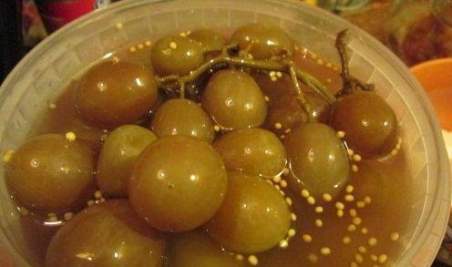 Этот старинный рецепт заготовки моченого винограда дает возможность заготовить виноград на зиму без тепловой обработки и, поэтому, сохранить в нем большинство полезных веществ. Такой вкусный виноград просто бесподобен как легкий десерт, а также просто незаменим при приготовлении и украшении зимних салатов и легких закусок.