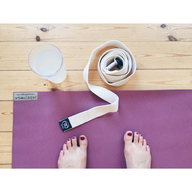 HJEMMEYOGA ☺️ I formiddags lavede jeg en skøn omgang hjemmeyoga med dybe, udfordrende stræk og en masse øvelser i armbalancer  Øvelse gør mester! ☺️ Hertil nød jeg én af mine detox-drikke: Et stort glas vand med friskpresset øko-citronsaft  Sikke en skøn start på dagen! #yoga #yogi #yogalærer #yogaspring #jademat #jade #yogilovebombs #yogaembodied #detox #detoxwater #økoblogger #øko #gørnogetgodtfordigselv #duergodnoksomduer