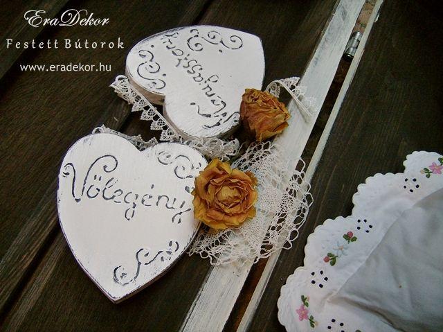 Rusztikus festett fa szívek Menyasszony és Vőlegény feliratokkal. Fotó azonosító: ESKSZIVEK07