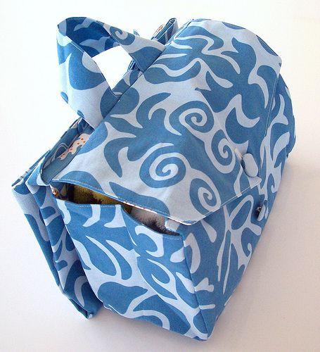 Sac à langer. Le tuto a disparu, mais l'idée du tapis à langer fixé au dos du sac via velcro n'est pas mal.  Sur un sac besace, on peut aussi faire en sorte que le rabat s'ouvre depuis le fond du sac (doubler l'arrière du sac) pour devenir tapis...
