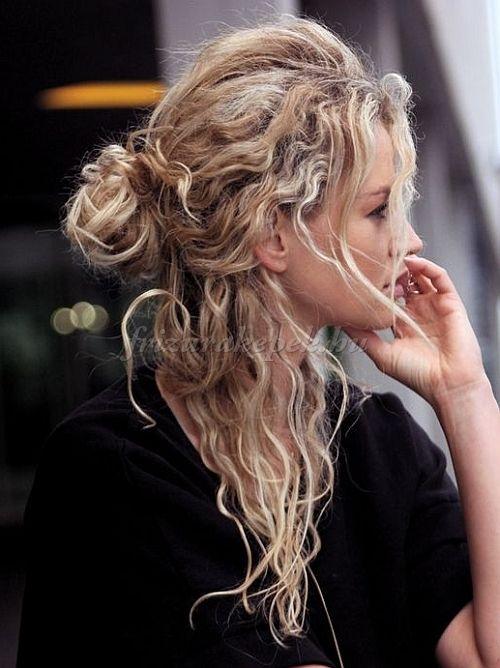 félig+feltűzött+frizurák,+frizurák+hosszú+hajból+-+laza+félkonty