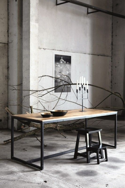 Houten tafel gecombineerd met zwarte details.
