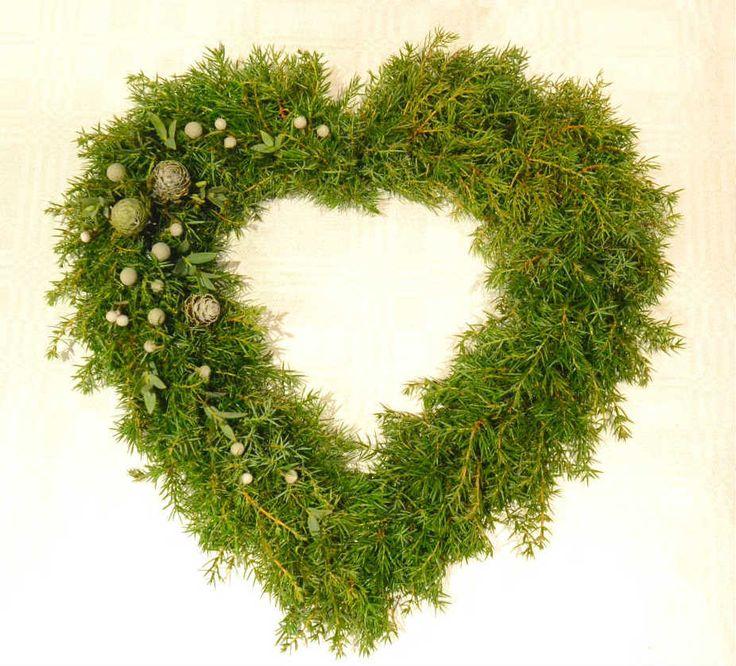 Saitte pienen pilkahduksen havu - yllätyksestä keskiviikon kukkakuvassa, jossa näkyi katajaa. Tässä se on: ohje havusydämen tekoon.…