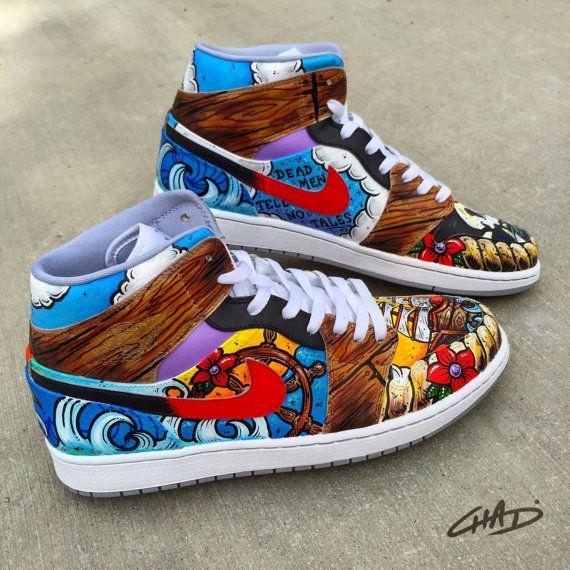 Estos se basa en un tatuaje de barco pirata Clipper de clientes. Incorpora todos los detalles y mi vuelta para hacer el arte funcionan mejor con los zapatos. Si desea su propio Jordan con temática pirata, o cualquier otro ellos, bbrand o modelo utilice el formulario de contacto para empezar.  Jordan con tema completo personalizado desde $225,00  * Como se muestra en fotos $425,00  -Chadcantcolor    QUÉ VAS A ENCONTRAR-  Base de modelo de zapato es 100% auténtico Nike Jordan1  Escoge tu talla…