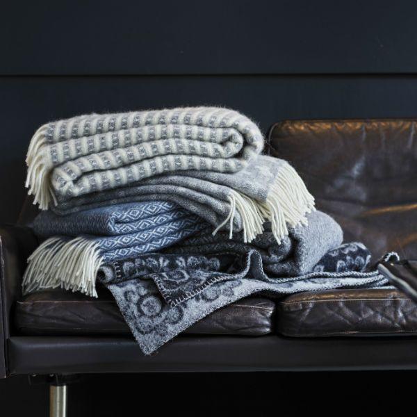 Hur många plädar får plats i en soffa?  #klippan #ullpläd #kuggfråga #homebysweden #heminredning #design #designklassiker #inredningsdetalj