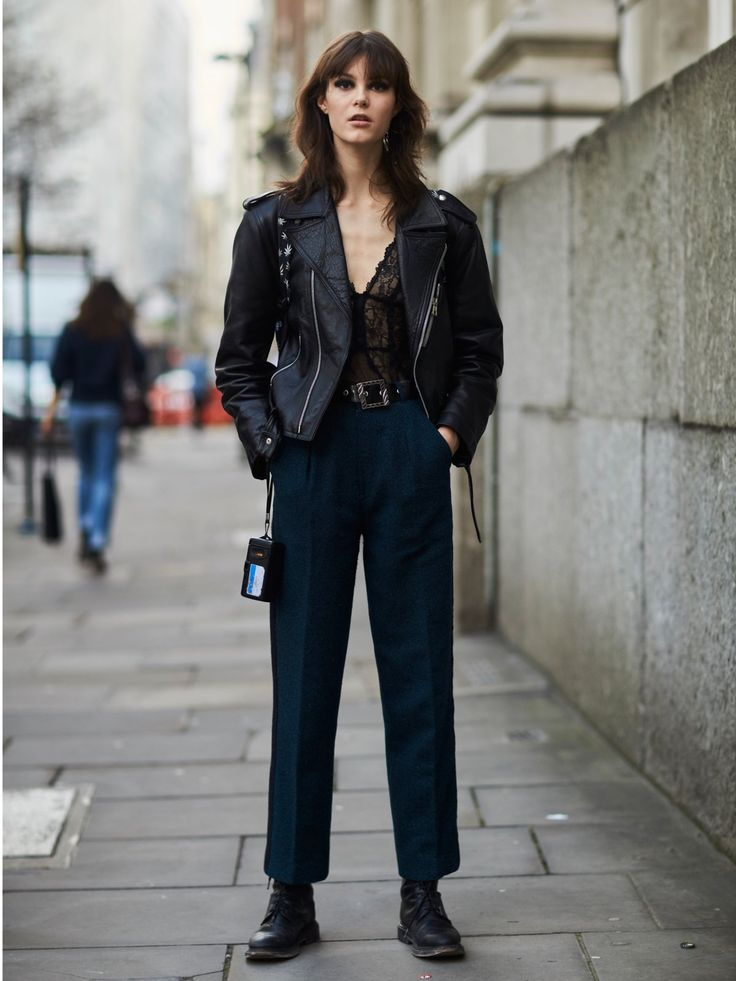 Leder und Spitze – eine Klassiker-Kombination! Besonders gut gefällt uns dieser taffe Streetstyle Look, den wir während der Fashion Week London gespottet haben. Hier wurde ein weiblicher Spitzenbody mit einer derben Oversize-Lederjacke und maskulinen Anzughosen gepaart.Noch mehr Spitze: Sexy Unterwäsche für Verführerinnen