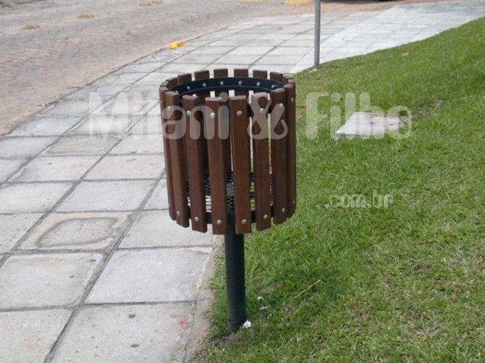 Resultado de imagem para fotos de lixeira de madeira para rua