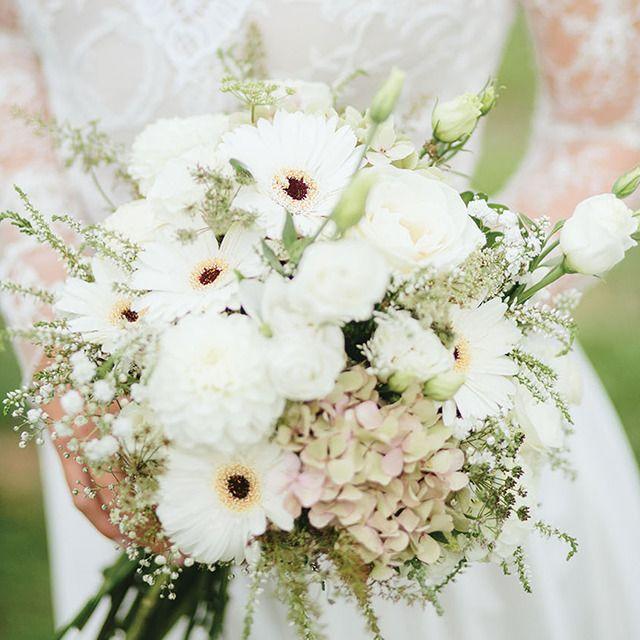 Az Álomvirág Dekoráció bokrétái bárhol felbukkannak -  legyen szó asztali díszről vagy a menyasszony csokráról -  a szakértő virágkötők elképzeléseidhez igazítják azt. :) #eskuvoclassic #ezatenapod #alomviragdekoracio #bellstudoesther&gabe #nagyadri #murvaieszterida #wedding #eskuvo #tbranch