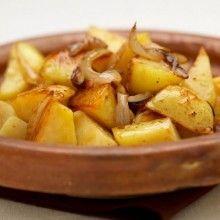 Geroosterde balsamico aardappelen. Verwarm de oven voor op 200°C.Snijd de geschildeaardappelen in stukjes. Snijd de uien in acht. Leg de aardappelen en de uien in de overschaal en giet hierover twee eetlepels olijfolie.Bak tot ze goudkleurig zijn (ongeveer 15 minuten).Schud de schaal even op en bestrooi de aardappelen met wat grof zout.Bak nog een half uur (de aardappelen …