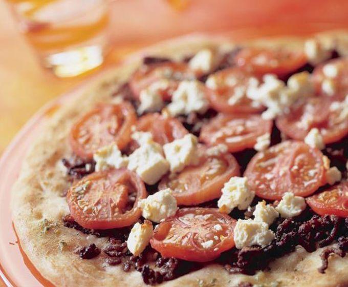 Griekse pizza met gehakt en tomaten