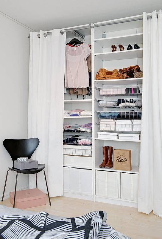 Zamiast klasycznej szafy z drzwiami, zdecydowano się tu na zabudowę ukrytą za zasłonami. To bardzo praktyczne rozwiązanie, gdy zasłonka się nudzi wymieniamy ją na inną.
