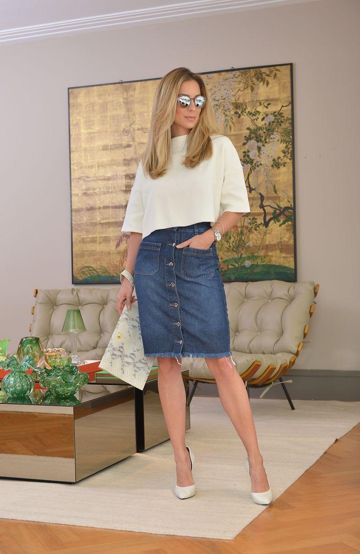 Adorei esse look! Amo saia lápis e achei essa jeans descolada mas clássica ao mesmo tempo. Combinei com a cropped para ficar mais atual e tirar a cara clássica e séria que a saia lápis pode ter. Para alongar a silhueta, scarpin de bico fino é sempre uma boa opção. Look do dia: Saia e …