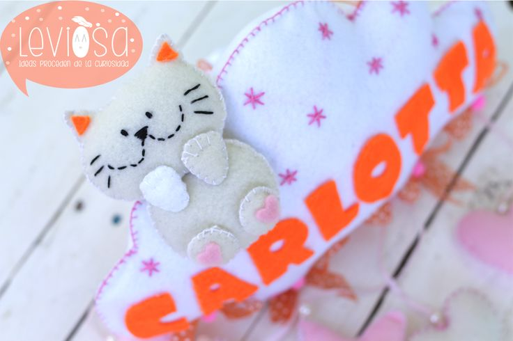 **Leviòsa**  Newborn baby nursery decoration/ felt cloud with cat and baby name - Fiocco nascita/decorazione cameretta nuvola con gattino https://www.facebook.com/Leviosa.blog