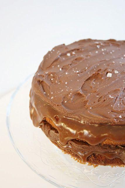 Kake med sjokolade og karamellkrem med et dryss av havsalt