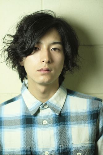 メンズの2ブロックのミディアムスタイル。  パーマに関しては全体をスパイラルパーマで。  スタイリングは半乾きの状態で、ムースを揉み込み、自然乾燥で完成!  スタイリングも楽チンです!!  朝の髪にかける時間も削減できちゃいますよ〜♡  パーマ ¥13100~  おおしまヘアカタログはこちらから↓  http://www.gokan.co.jp/staff/2012/04/post-6.html  おおしまブログはこちら↓  http://ooshimakenta.minibird.jp