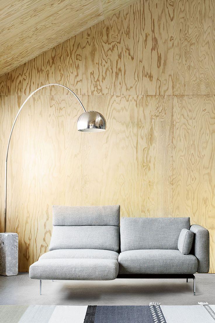 Durch die intelligente und puristische Gestaltung passt sich das Einzelsofa auch begrenzten Raumsituationen an und bietet auf kleiner Fläche maximalen Sitz- und Liegekomfort.