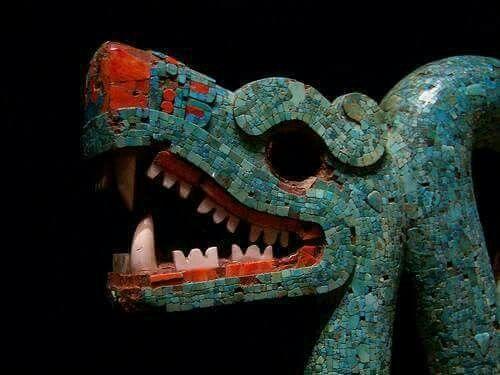 Cultura Mexica.(azteca). Pectoral de serpiente bicefala, elaborada en madera, turquesa y concha.  Se encuentra en el museo Británico de Londres.