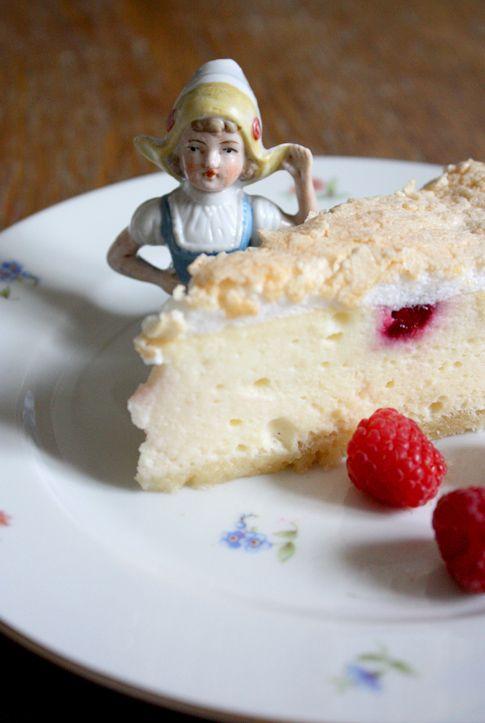 Der Clou an dieser Torte (die Bezeichnung Käsekuchen ist in diesem Fall zu banal…) sind die Baiserhaube und die versunkenen Himbeeren (= Rubine). Die Torte ist einfach herzustellen – man braucht nur etwas Zeit, aber sie schmeckt herrlich!). Mein erster … weiterlesen