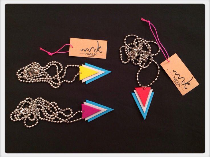 Ya tenemos preparados algunos de los complementos geométricos con cadena de rodio. http://www.facebook.com/nanukaccessoris