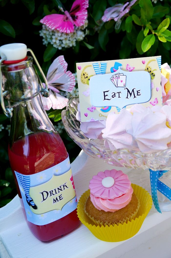 More Alice in Wonderland party ideas! Love the eat me, drink me things! Good site for ideas!